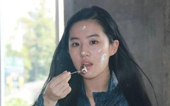 刘亦菲素颜吃蛋糕 颜值在线超可爱
