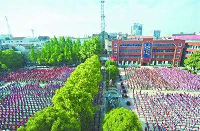 昨日是星期一,邾城一小举行升旗仪式     记者彭年 摄
