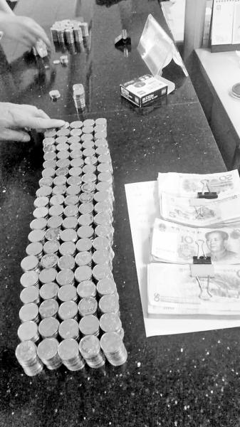 清点完毕的硬币和零钞     江岸区劳动监察大队供图