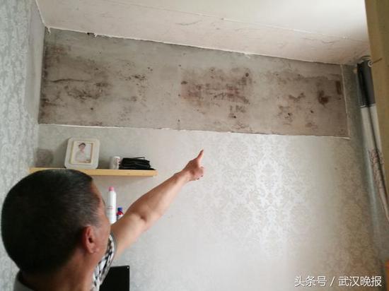 吊柜悬挂处的墙面有霉斑