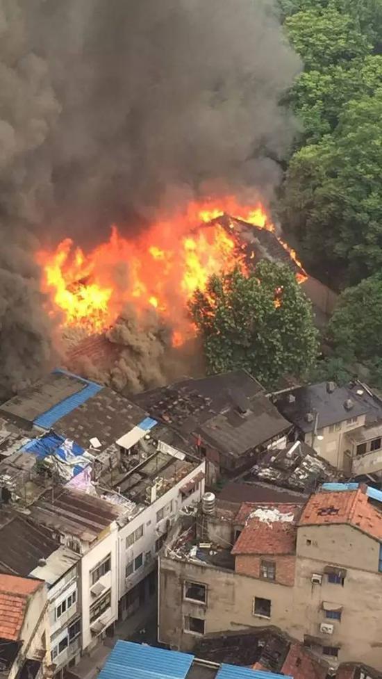 59年老民房今早突然起火 暂无人员伤亡