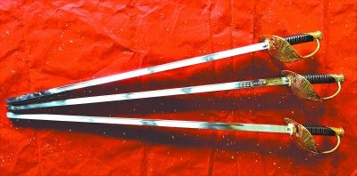 海陆空仪仗队指挥刀(上)、天安门升旗指挥刀(下)、新中国成立六十周年阅兵指挥刀(中)