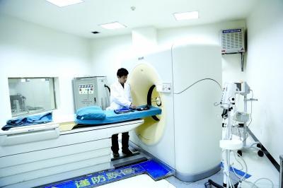 市计量所检定人员正在对医院CT机进行计量检定