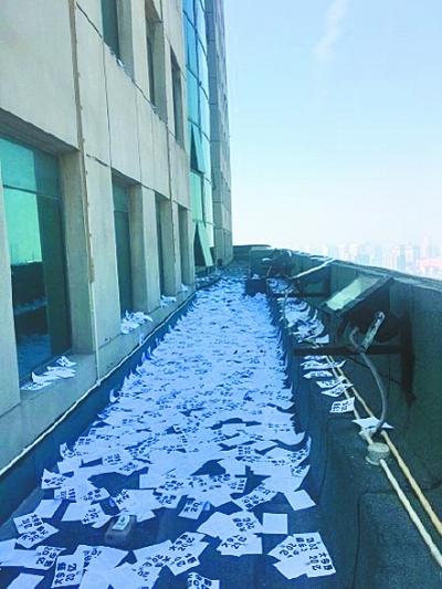 大楼平台撒满高空抛下的小广告