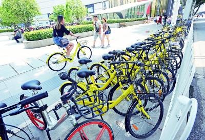 昨天,在中山公园地铁站旁,市民将共享单车整齐停放在非机动车停车位内。记者苗剑 摄