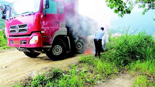 自燃的大货车。(目击者提供)