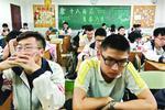 武汉一中学组织高三学生一起发呆 给考生减压(图)