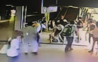 小偷地铁站内伸贼手遭乘客围追堵截 被踹下电梯擒住