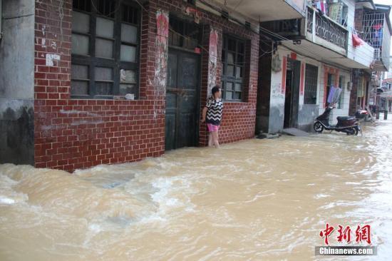 6月6日,受灾街道成河流(邓和明 摄)