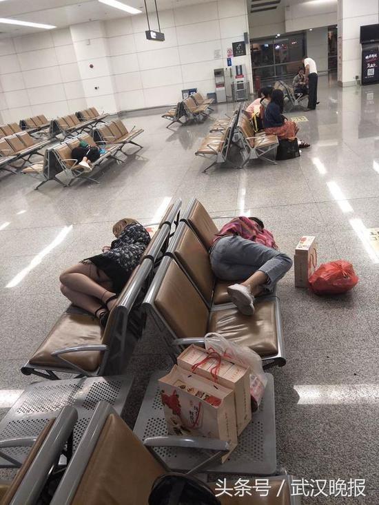 一架丽江经停长沙飞往上海的飞机,因雨晚点,又因雨无法正常降落目的地
