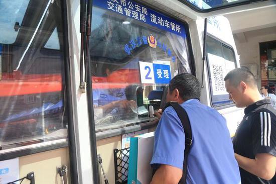 今日,流动车管所也开到了现场,不少市民前来办理驾照扣分、年审等业务。张敏摄