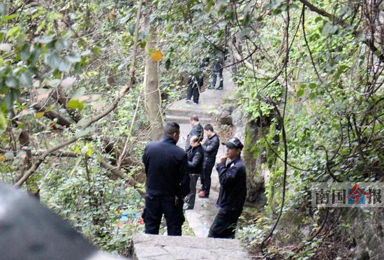 公安安保人员在女子坠山区域封锁现场勘查。记者卿要林 摄