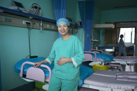 武汉护士怀胎8月仍坚守一线 每天爬楼120层接送产妇