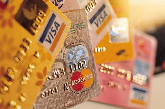 孝感男子捡信用卡赴汉取存款 钱没捂热就被拦下