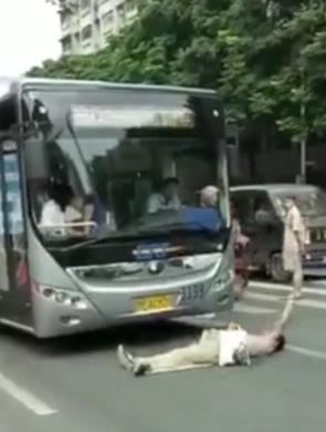男子躺车底碰瓷不出来 民警丢钱引诱