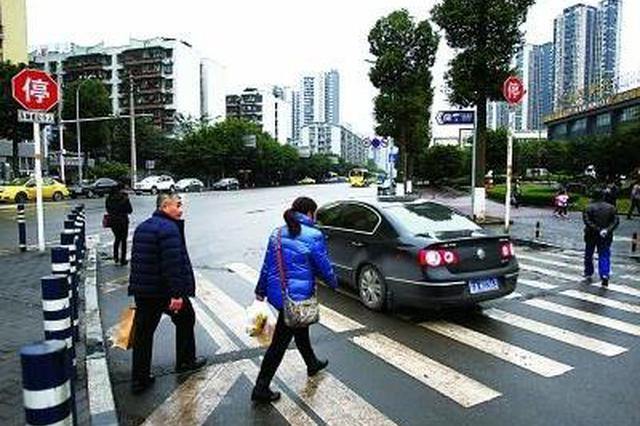 武汉交警启动专项整治:过斑马线车不让人罚款扣分