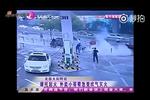 摩托车街头突然着火 外卖小哥用嘴去灭火