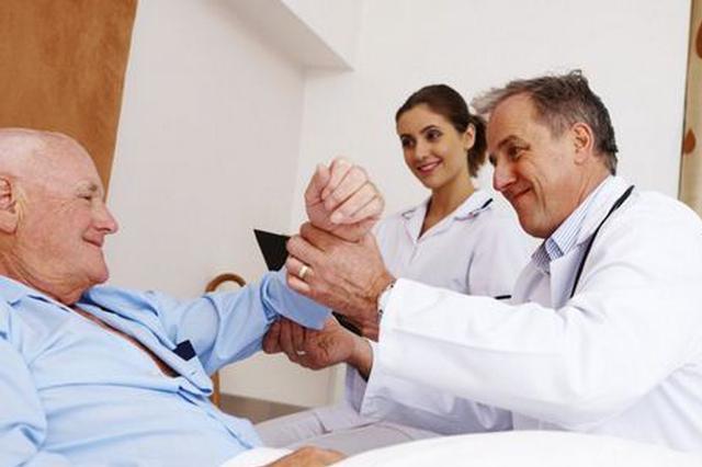 """丈夫陪妻子看病 被医生多看一眼""""瞧""""出脑瘤"""