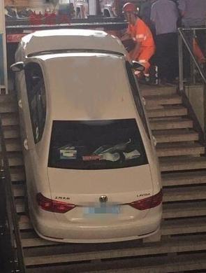 武汉一女司机倒车时油门当刹车溜下楼梯
