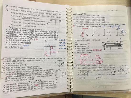 当学霸是有理由的,我们老师也想研究下他们的笔记,破解学霸密码。翻开曾妮高二下学期的数学笔记,字迹娟秀,书写工整。不光记录着课堂知识、书本知识,她还将每次考试后的试卷进行裁剪,把有难度的题用黑笔抄写或直接剪贴在笔记本上,再用蓝色笔写下解题分析和思考,而做错的题则特用红笔进行标注,写下错误原因。因为有大量剪贴,一本写完的活页笔记本比原本厚了近一倍。   而在苏敏收藏的龚凡哲的语文笔记里,他用便签将笔记本分为小说阅读、文言文阅读诗歌、成语病句语言文字运用和作文四个板块,分题型记录
