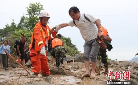 40名被困游客被消防官兵成功救出 张佳/摄