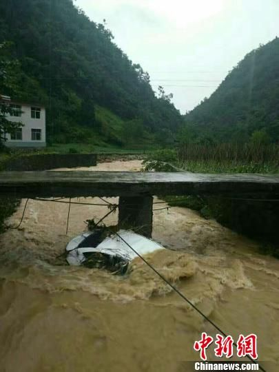 河道中一辆汽车被严重毁坏 五宣/摄