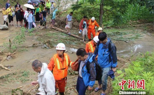 五峰暴雨冲垮道路致40名游客被困 张佳/摄