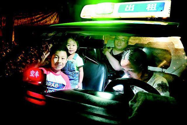 单亲妈妈带3岁女儿开的士 车上度过九百多个夜晚
