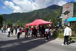 九寨沟商户自发为游客免费发放食物饮水并提供住宿