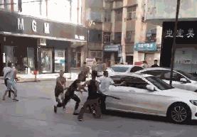襄阳某地步行街突发聚众斗殴