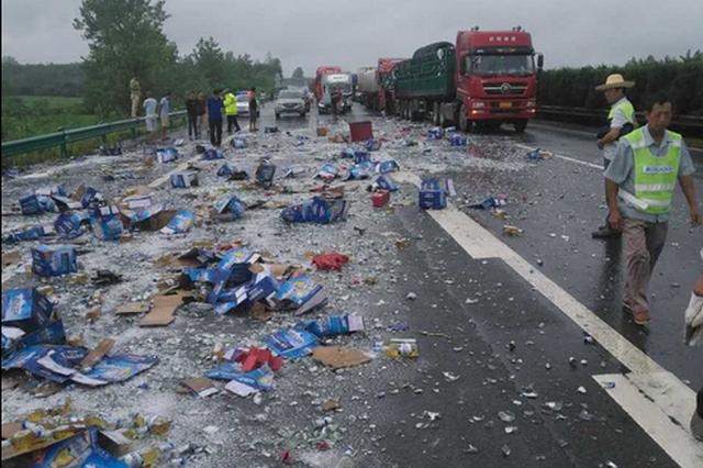 湖北高速两辆货车相撞 满车啤酒洒落一地