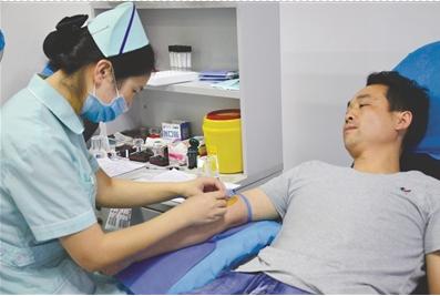 一名工友正在献血 通讯员 陈敏 摄