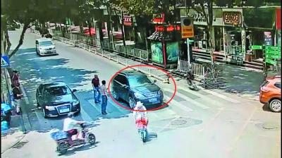 解放路自由路路口,一辆黑色越野车不礼让行人被抓拍