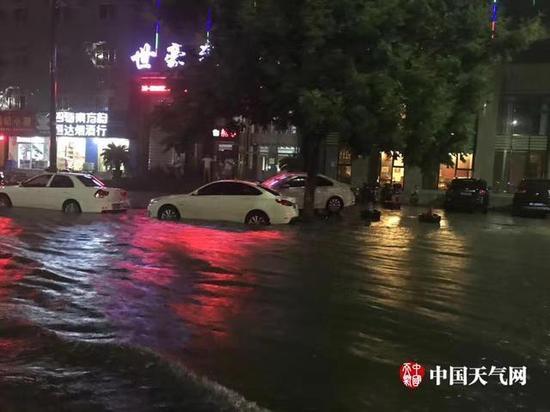 湖北襄阳一小时降水40.6毫米 街道变泽国