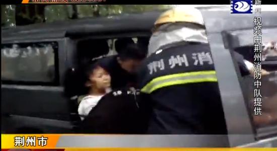 318国道荆州太湖路段两车相撞 小树救下母女两人