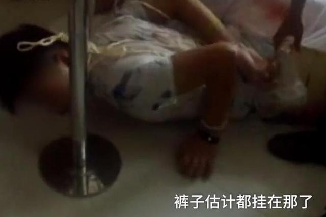 襄阳一小偷躲床底12小时 掀床出来时情侣以为地震