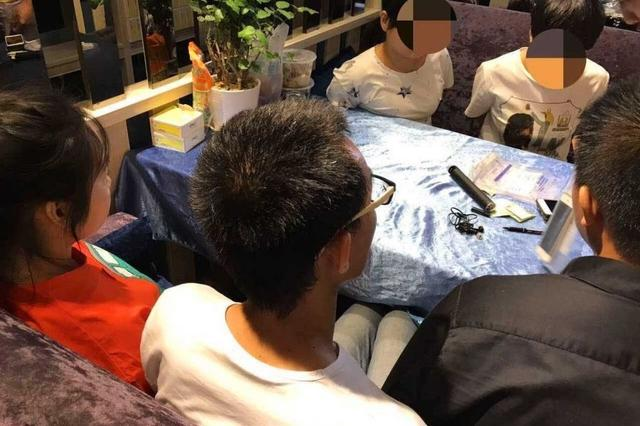 武汉警方打掉93人酒托团伙:抠脚大汉扮美女引人上钩