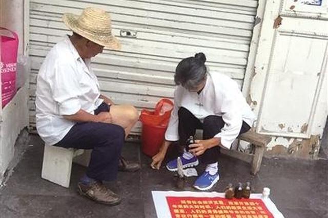 恩施一游医街头扎针放血 执法部门:非法行医莫轻信