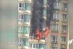 """广州一""""熊孩子""""家中玩打火机 点燃居民楼"""