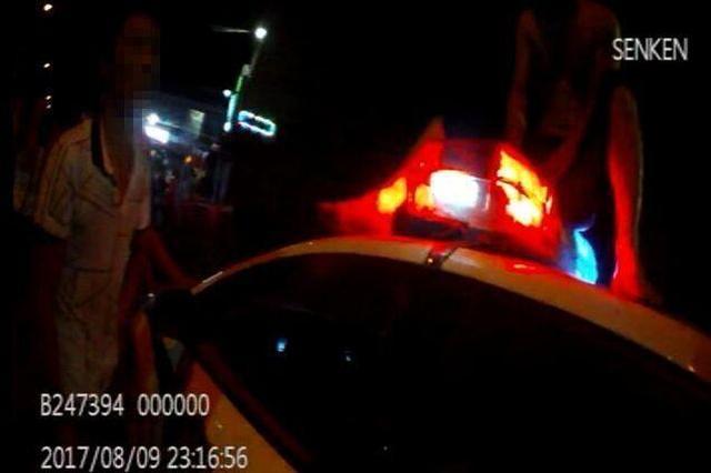 太猖狂!醉酒男子路边闹事 砸完车又打民警