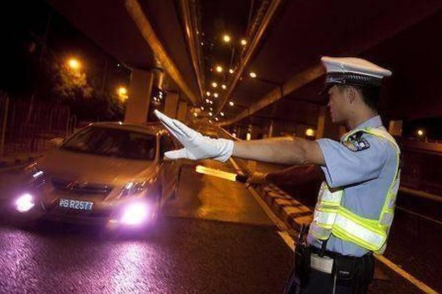醉驾男见查酒驾弃车逃跑 从2米多高桥上一跃而下