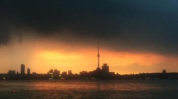 武汉现最美傍晚 火烧云映红江面