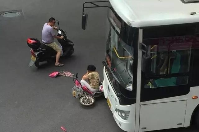 荆州一女子骑电瓶车过马路 被公交卷入车下