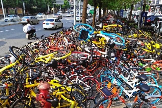 """武汉街头共享单车堆满人行道成""""路障"""""""