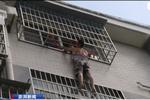 湖北女童卡防盗网悬空4楼 男子徒手爬楼托举20分钟