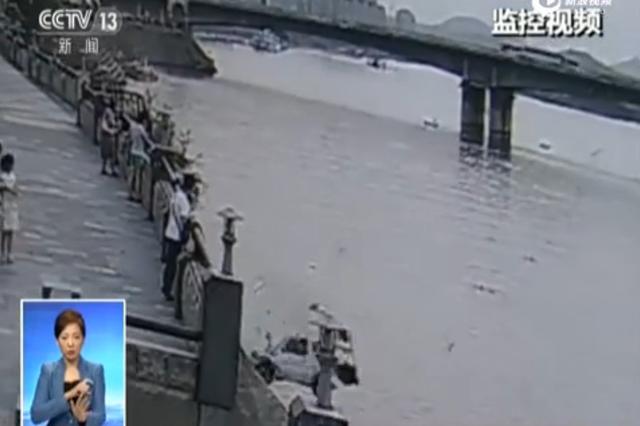 湖北襄阳一女子倒车翻入汉江 众人合力施救