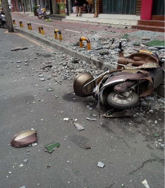 襄阳临街居民楼突坠大量瓦片砸伤行人