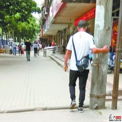男子在张贴小广告 市民杨宣义供图