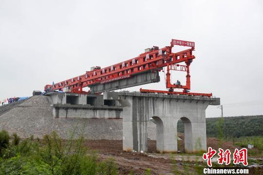 图为, 即将架设的蒙华铁路湖北段首片T梁 徐云华 摄