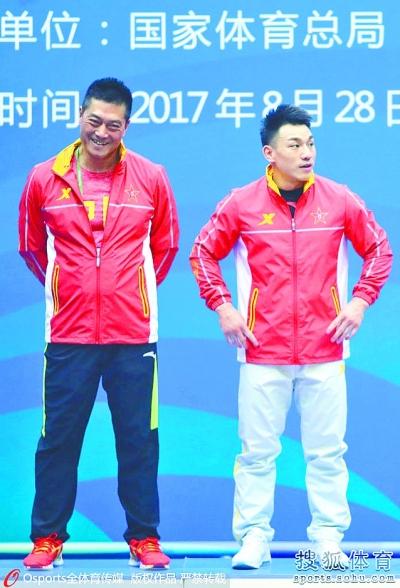 廖辉(右)和教练站在领奖台上